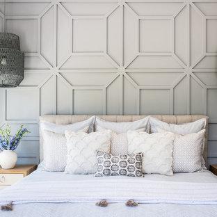 他の地域の中サイズのビーチスタイルのおしゃれな主寝室 (グレーの壁、無垢フローリング、暖炉なし、赤い床) のレイアウト