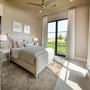 Imagen de habitación de invitados contemporánea, de tamaño medio, con paredes rosas, moqueta y suelo beige