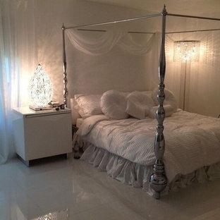 Esempio di una grande camera matrimoniale stile shabby con pareti bianche, pavimento in marmo, nessun camino e pavimento bianco