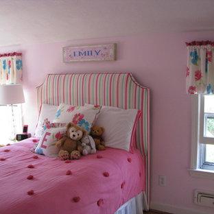 Esempio di una grande camera da letto chic con pareti rosa, parquet chiaro e nessun camino