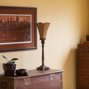 На фото: большая хозяйская спальня в стиле модернизм с желтыми стенами, ковровым покрытием и желтым полом с