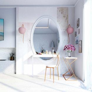 Esempio di una camera matrimoniale minimalista di medie dimensioni con pareti multicolore, pavimento in compensato, camino lineare Ribbon, cornice del camino in pietra e pavimento beige