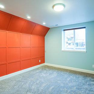 Idée de décoration pour une chambre avec moquette craftsman avec un mur bleu.