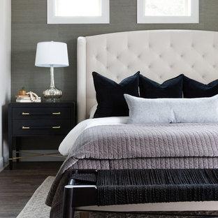 Modelo de dormitorio principal, tradicional renovado, de tamaño medio, sin chimenea, con paredes multicolor, suelo de madera oscura y suelo gris