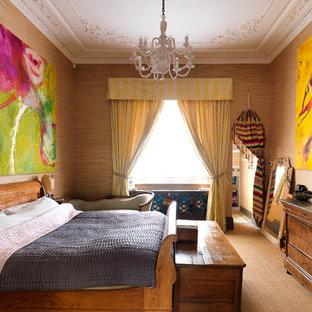 Inredning av ett eklektiskt sovrum, med bruna väggar och heltäckningsmatta