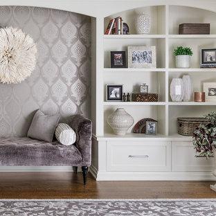 Imagen de dormitorio principal, tradicional renovado, grande, con paredes púrpuras, suelo de madera en tonos medios y suelo marrón