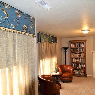 デンバーの大きいエクレクティックスタイルのおしゃれな主寝室 (グレーの壁、カーペット敷き、コーナー設置型暖炉、タイルの暖炉まわり、グレーの床) のレイアウト