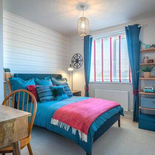 На фото: гостевая спальня среднего размера в морском стиле с серыми стенами, ковровым покрытием и белым полом с