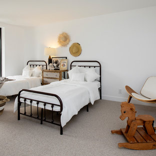 Inredning av ett modernt mellanstort gästrum, med vita väggar, ljust trägolv, en hängande öppen spis, en spiselkrans i metall och grått golv