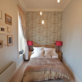 Idee per una camera da letto design con pareti grigie e moquette