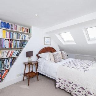 Esempio di una camera da letto tradizionale con pareti bianche e moquette
