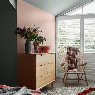 ウェリントンのコンテンポラリースタイルのおしゃれな寝室 (ピンクの壁、カーペット敷き、茶色い床) のインテリア