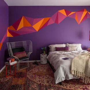 メルボルンの中くらいのおしゃれな寝室 (紫の壁、カーペット敷き) のインテリア