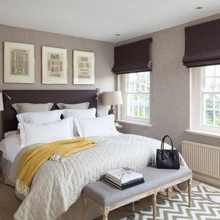 Exempel på ett klassiskt sovrum, med lila väggar och heltäckningsmatta