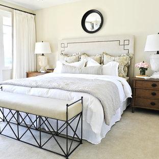 Foto di una camera da letto tradizionale con pareti beige, moquette e pavimento verde