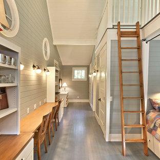 Foto de dormitorio costero con suelo de madera pintada