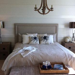 Foto de dormitorio costero con paredes blancas