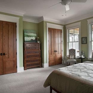 Klassisk inredning av ett sovrum, med gröna väggar