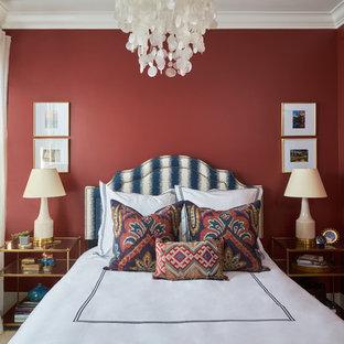 ロサンゼルスの地中海スタイルのおしゃれな寝室 (赤い壁、カーペット敷き、ベージュの床) のインテリア