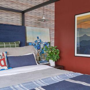 Ispirazione per una camera da letto con pareti rosse