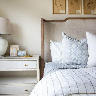 Ejemplo de habitación de invitados rural, grande, sin chimenea, con paredes beige y moqueta