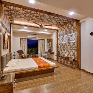 На фото: спальня среднего размера в восточном стиле с полом из керамической плитки и коричневым полом с