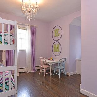 Esempio di una camera da letto chic di medie dimensioni con pareti viola, pavimento in legno massello medio, nessun camino e pavimento nero