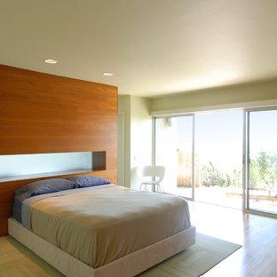 Foto de dormitorio minimalista con paredes beige y suelo de madera en tonos medios