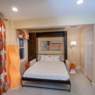 Foto de habitación de invitados actual, pequeña, con paredes amarillas
