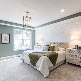 Idee per una grande camera matrimoniale country con moquette, soffitto ribassato e pareti in perlinato