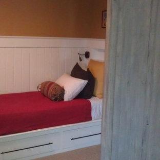 Ejemplo de habitación de invitados campestre, de tamaño medio, con parades naranjas y moqueta
