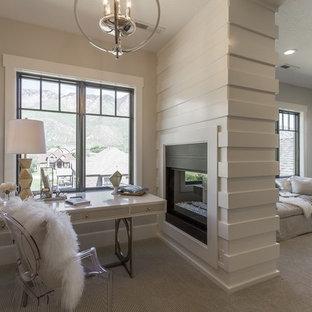 ソルトレイクシティの大きいコンテンポラリースタイルのおしゃれな主寝室 (白い壁、カーペット敷き、両方向型暖炉、木材の暖炉まわり) のインテリア