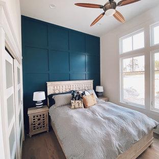 中くらいのおしゃれな客用寝室 (青い壁、淡色無垢フローリング、暖炉なし、ベージュの床、板張り壁)