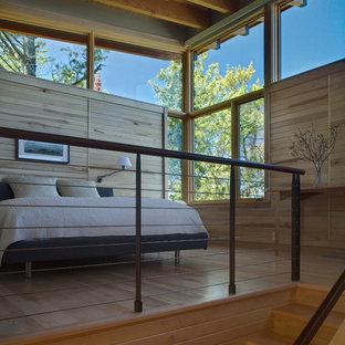 Modelo de dormitorio tipo loft, rústico, pequeño, con suelo de madera clara