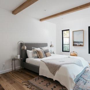 Diseño de dormitorio tradicional renovado con paredes blancas y suelo de madera clara