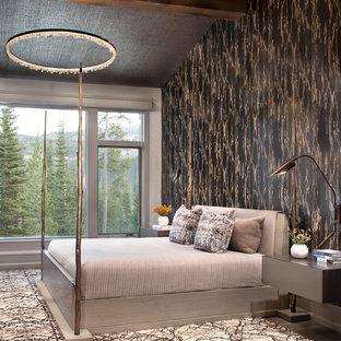 ニューヨークのラスティックスタイルのおしゃれな主寝室 (マルチカラーの壁)