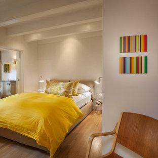 アルバカーキの中サイズのコンテンポラリースタイルのおしゃれな主寝室 (白い壁、淡色無垢フローリング、暖炉なし、茶色い床) のインテリア