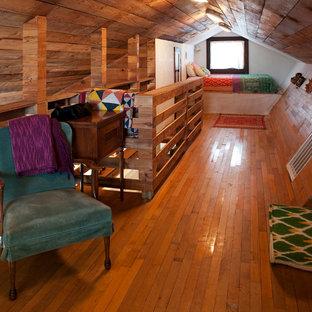 Imagen de dormitorio tipo loft, bohemio, pequeño, sin chimenea, con paredes multicolor y suelo de madera en tonos medios