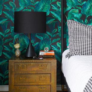 Ejemplo de dormitorio principal, ecléctico, de tamaño medio, con suelo de madera en tonos medios, suelo marrón y paredes multicolor