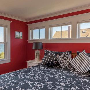 Ejemplo de habitación de invitados costera, de tamaño medio, con paredes rojas