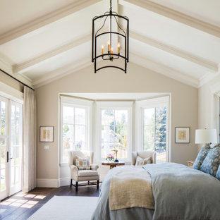 Пример оригинального дизайна: большая хозяйская спальня в морском стиле с бежевыми стенами, темным паркетным полом, стандартным камином, фасадом камина из камня, бежевым полом и балками на потолке