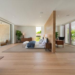 Foto de dormitorio principal, minimalista, grande, sin chimenea, con paredes blancas y suelo de bambú