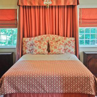 Modelo de dormitorio principal, tradicional, extra grande, sin chimenea, con paredes amarillas, suelo de madera clara y suelo marrón