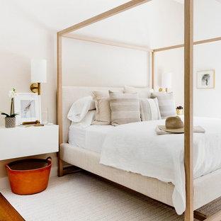 Modelo de habitación de invitados moderna con paredes beige, suelo de madera en tonos medios y suelo marrón