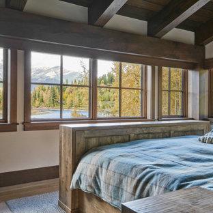 Diseño de dormitorio principal, rural, de tamaño medio, con moqueta y suelo beige