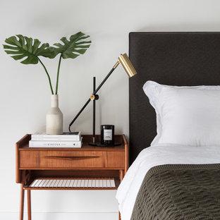Свежая идея для дизайна: хозяйская спальня среднего размера в стиле ретро с белыми стенами, ковровым покрытием и серым полом - отличное фото интерьера