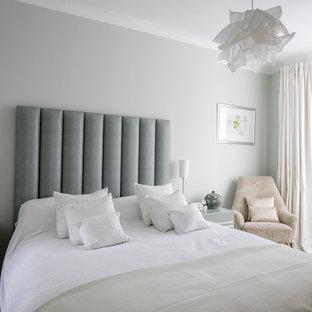 Imagen de dormitorio principal, bohemio, pequeño, con paredes verdes, suelo de contrachapado y suelo verde