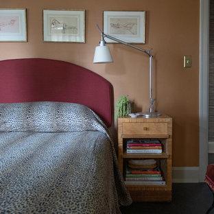 Foto de dormitorio principal, bohemio, de tamaño medio, con parades naranjas, moqueta y suelo negro