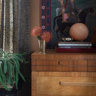Ejemplo de dormitorio principal, bohemio, de tamaño medio, con parades naranjas, moqueta y suelo negro