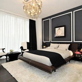 Esempio di una grande camera matrimoniale contemporanea con pareti nere, parquet scuro e nessun camino